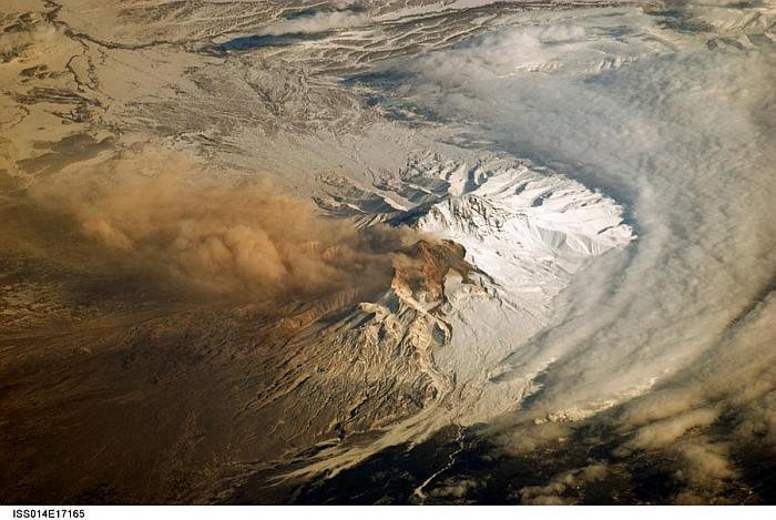 Munţi, vulcani din spaţiu
