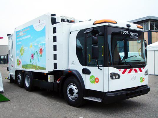 Франция выпускает на борьбу с уличным мусором электрическую спецтехнику