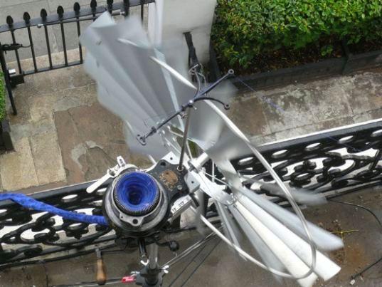 Лондонский ветряк вяжет тёплые шарфы