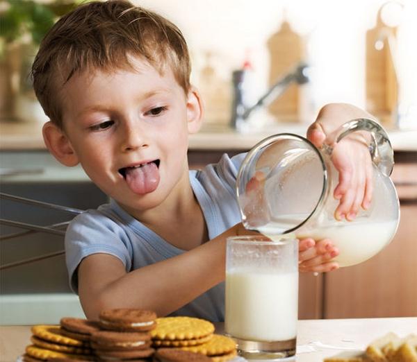 Детям хватит и двух чашек молока в день