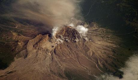 Вулкан Шивелуч на Камчатке выбрасывает столбы пепла на высоту до 9 км