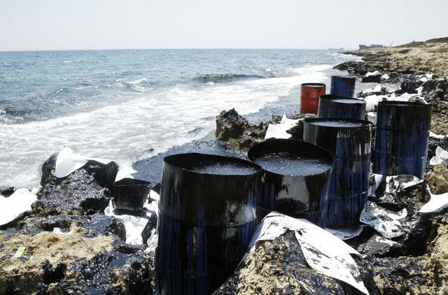 Кипр спасают от огромного нефтяного пятна (фото)