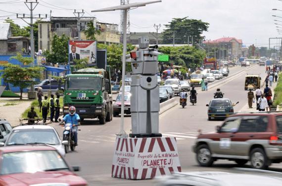 В Киншасе солнечные роботы следят за дорожным движением