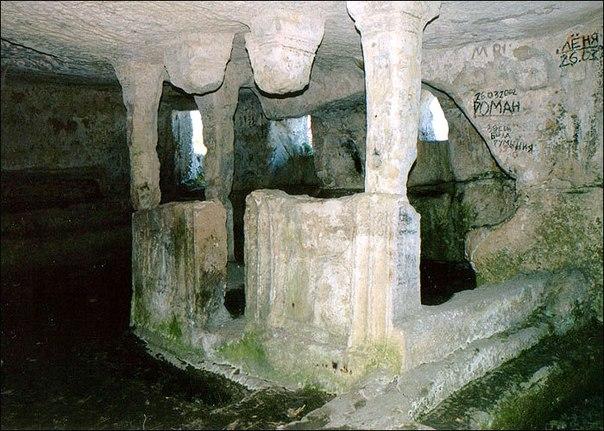 Следы огромной, древнейшей цитадели. Тепе-Кермен, Крым
