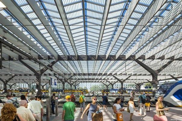 Солнечный железнодорожный вокзал в Роттердаме
