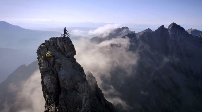 человек, велосипед и горы