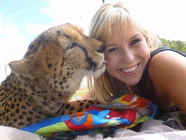 Девушка, подружившаяся с гепардом (Фото)