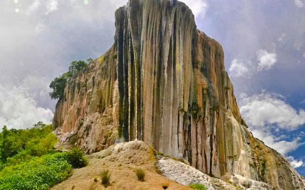 Застывший водопад Йэрве эль Агуа (Hierve el Agua) в Мексике (Фото)