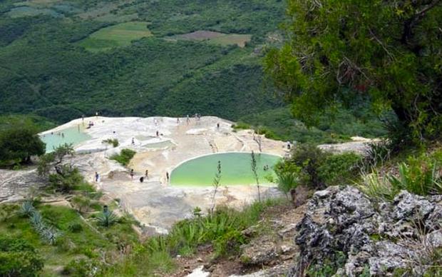 Застывший водопад Йэрве эль Агуа (Hierve el Agua) в Мексике