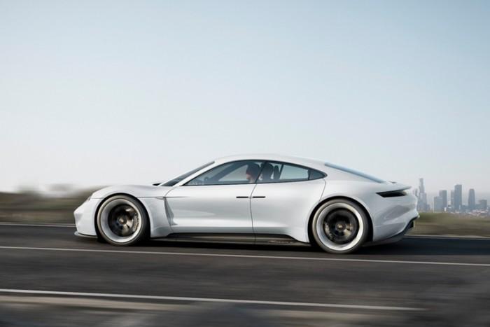 PORSCHE представила электрический суперкар, заряжающийся быстрее TESLA