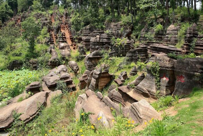 Красные скалы в Национальном геологическом парке Guzhang Hongshilin (Фото)