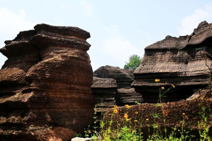 Красные скалы в Национальном геологическом парке Guzhang Hongshilin