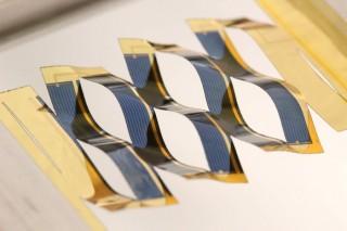 Японская техника киригами автоматически поворачивает солнечные панели к Солнцу