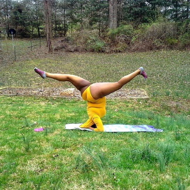 Инструктор по йоге доказывает всему миру, вес — это состояние души