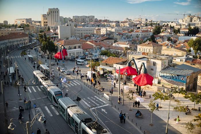 Огромные фонари в Иерусалиме расцветают, когда к ним приближаются люди