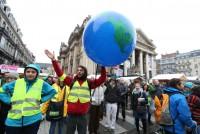 Тысячи людей вышли на всемирный климатический марш