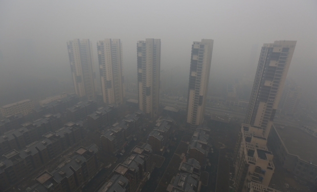 В воскресенье из-за смога жители северо-восточной части Китая были вынуждены находиться в помещении и даже использовать противогазы.