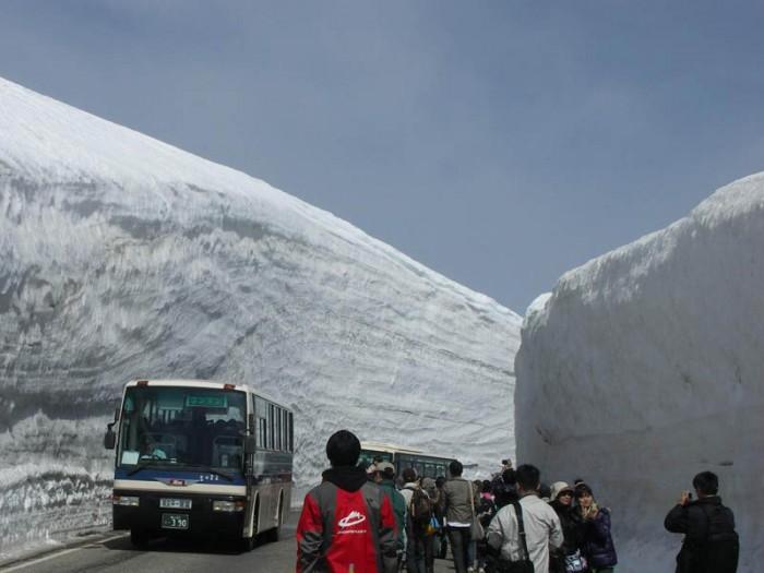 Коридор из снега высотой 20 метров