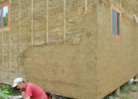 Саманные дома, как и соломенные пользуются все большей популярностью. Давайте рассмотрим пример внутренней и внешней штукатурки от Сергея Руденко, родовое поместья Агударья, Краснодар.