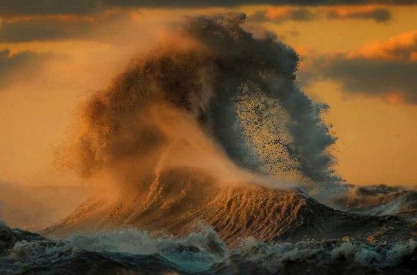 Спортивный фотограф Dave Sandford явно умеет снимать не только спорт, но и другие, ещё более изменчивые объекты- волны