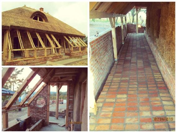 Дом из соломы с камышовой крышей и теплицей