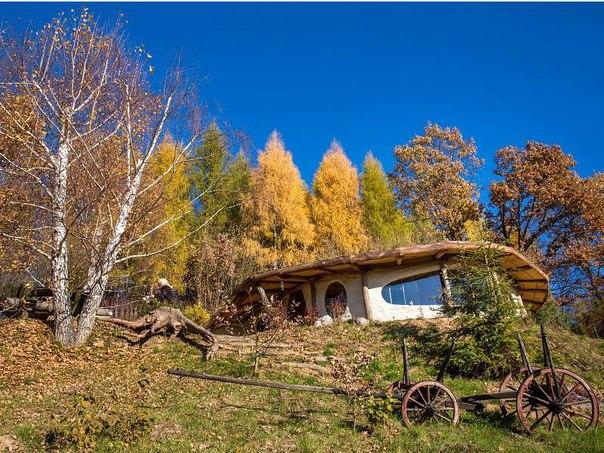 Круглый домик хоббита с зеленой крышей