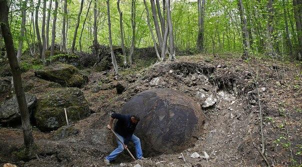 Огромный каменный шар найден в Боснии (+Видео)