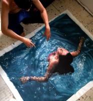 Кажется, женщина плывет под водой. Но приглядись, все иначе