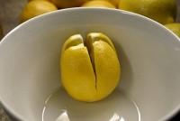 Порежьте несколько лимонов и поместите их около своей кровати в спальне — и вот почему