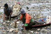 Sînteți mirați? E rîul Citarum, Indonezia. În timp ce acest rîu seamănă cu o gunoiște, ea este practic principala sursă de apă pentru agricultură și populație. Rîul este poluat de activitatea umană și nu are viață acvatică.