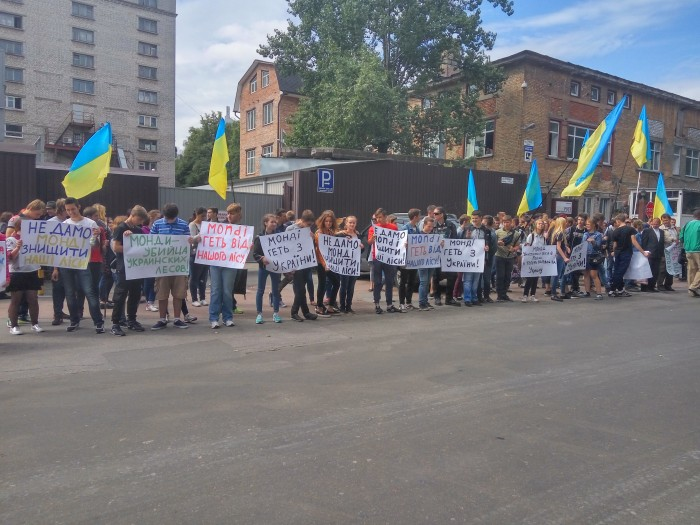Украинские активисты штурмуют офис деревообрабатывающей фирмы Mondi
