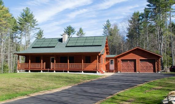 """Aceste panouri solare au schimbat viziunea asupra rolului și designul acoperișului. Compania """"Sistne Solar"""", care a lansat ideea aspiranților Institutului tehnologic din Massachusetts a elaborat """"SolarSkin"""" – panouri solare, care se înscriu perfect în peisaj. Aceasta înseamnă că panourile de pe acoperiș pot arăta ca țigla de argilă, ca ardezia și chiar ca iarba."""