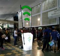"""În baza acestui principiu funcţionează o pubelă """"inteligentă"""" pentru gunoi, elaborată de studenţii din India. ThinkScream – este un container din plastic cu un punct de acces Wi-fi. Dacă aruncaţi gunoiul în el, pe monitor apare simbolul Wi-fi şi parola de acces pentru 45 de minute pe o rază de 45 de metri."""