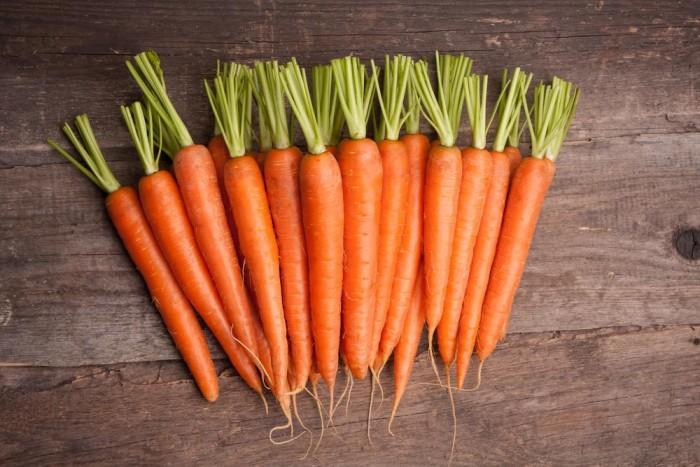 №3 Mărul. Vitaminele A, C, B, beta-caroten, pectină – sînt doar cîteva vitamine și substanțe folositoare ce se conțin în mere. Acest fruct este folositor pentru îmbunătățirea vederii, ameliorarea stării tenului, părului i a unghiilor, precum și pentru înlăturarea maladiilor nervoase.