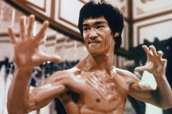 Bruce Lee a fost o persoană absolut fenomenală, care a atins culmi nebănuite în domeniul artelor marţiale chineze. Braţele lui puteau respinge orice atac, iar picioarele se mişcau cu viteza luminii, el chiar putea să facă flotări în două degete.