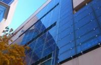 Inchipuiți-vă viitorul în care casele obțin toată energia direct din ferestre. Mulți savanți au lucrat timp îndelungat asupra acestui concept, însă doar acum, cinci savanți din laboratorul național din Los Alamos au reușit să demonstreze modele funcționale de geamuri solare, care sînt destul de mari, pentru a satisface necesitățile în energie a clădirilor întregi.