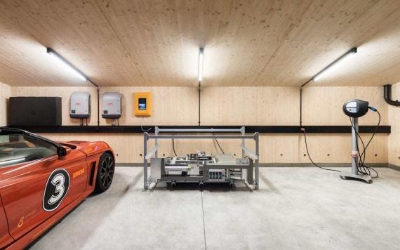 Этот самодостаточный гараж сам добывает энергию и этой энергией заряжает электромобиль (+Фото)