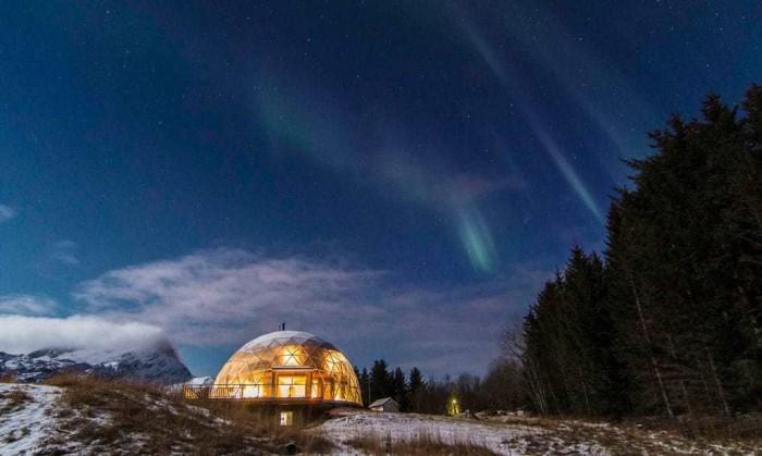 În Antarctica, o familie cu 4 copii a construit și trăiește într-un casă din paie cu acoperiș de sticlă (FOTO)
