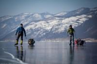 Patinaj pe suprafața deosebit de frumoasă și înghețată a lacului Baikal  (VIDEO)