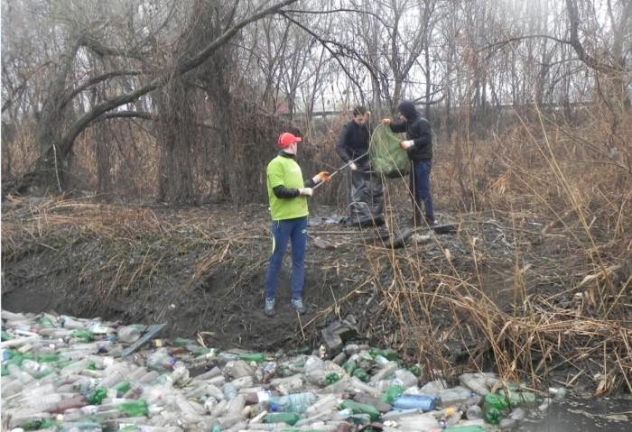 Экологи и патриоты в дождь расчистили реку Бык (+Фото)