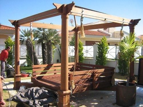 Качели сделают отдых в саду комфортным
