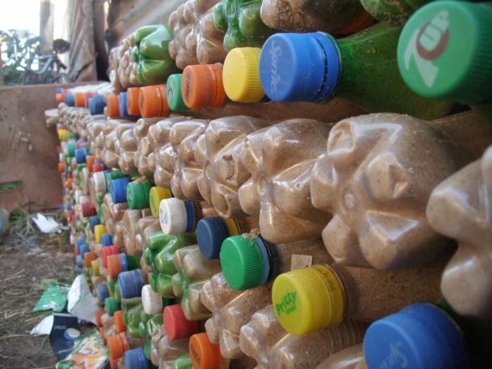 Не выкидывай бутылки, а построй из них дом (+Фото)