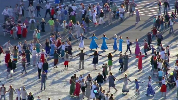 Грандиозный флэшмоб - Хоровод во благо Мира (Видео)