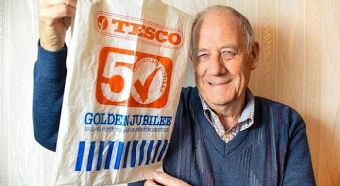 34 года британец ходит в магазин с одним и тем же пакетом!