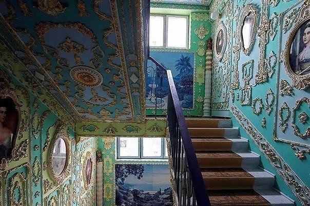 Пенсионер превратил подъезд в дворец (Фото)