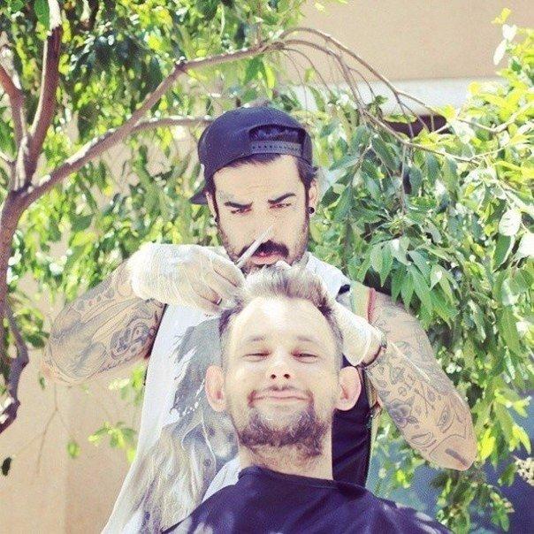 Уличный парикмахер стрижет бездомных бесплатно (+Фото)