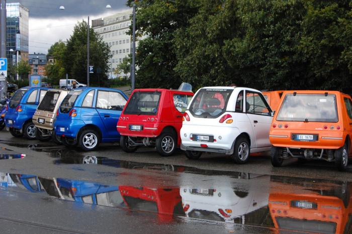 Несмотря на то что Норвегия один из лидеров в распространении электромобилей в мире. На дорогах редко встретишь дорогие и навороченные бренды. В основном это неказистые автомобильчики местного и индийского производства Th!nk City и REVAi.