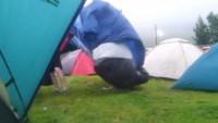 Сумасшедший ветер сносит палаточный городок (Видео)