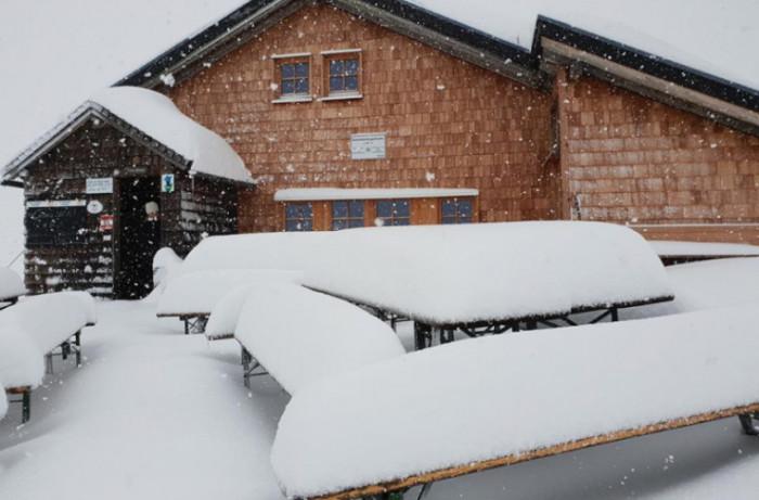 После изнуряющей жары в Европе выпал снег