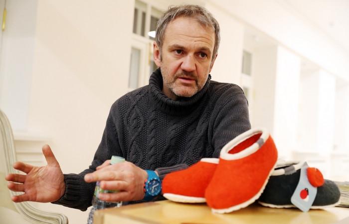 Предприниматель возрождает деревню тем, что открыл в ней производство валяной обуви
